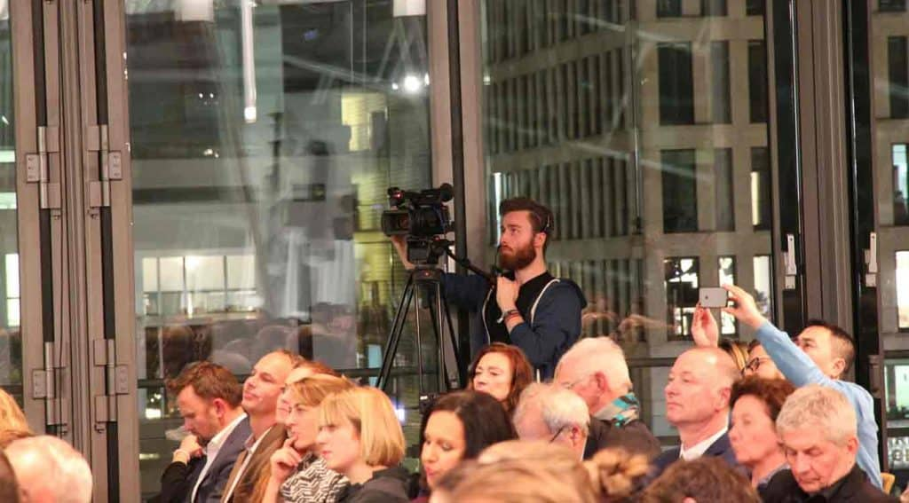 """Drei Kameras verfolgen den """"Langen Atem"""" in der Berliner Akademie der Künste am Pariser Platz."""